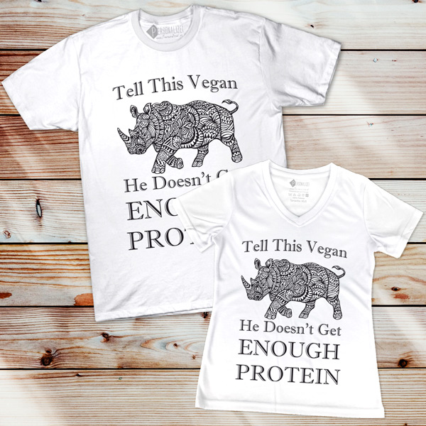 T-shirt Tell This Vegan He Doesn't Get Enough Protein comprar em Portugal
